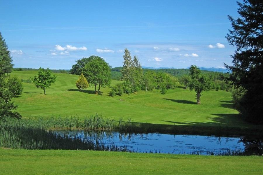 watertjes op golfbaan gelegen aan Lac de Neuvic