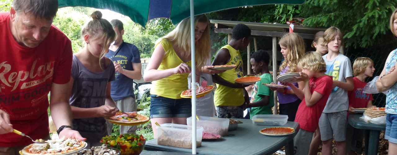 algemene activiteiten, pizzaavond in oude houtgestookte broodoven in het bos