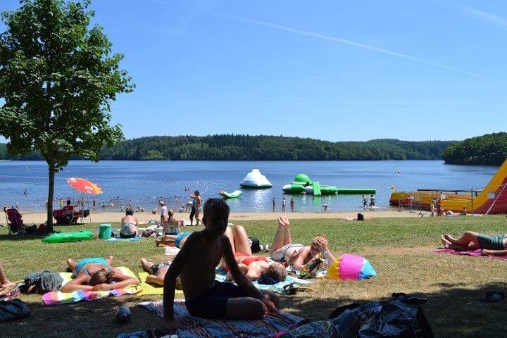 Lac de Neuvic of officieel heet het Lac de Triouzoune, het strand aan Liginiac kant gelegen op kleine 5 km.