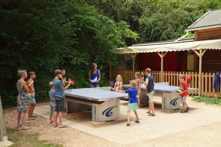 Tafeltennis tafels bij de speeltuin onze kleinschalige camping