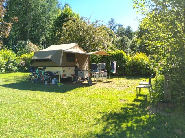 Ruime kampeerplaats in het voorseizoen gefotografeerd