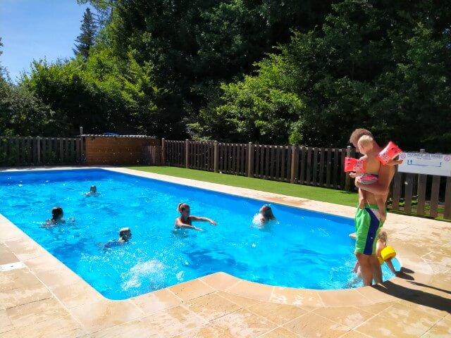 Zwembad bij familiecamping in Frankrijk