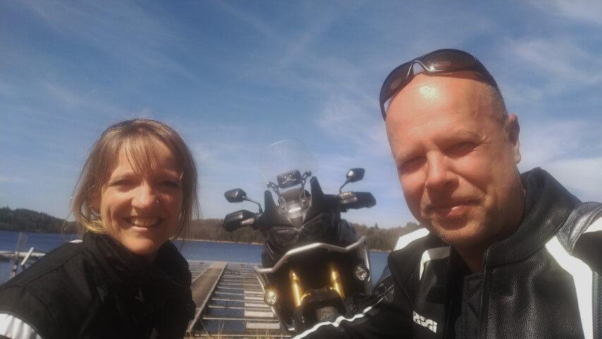 Johan en Carla met Africa Twin bij meer Neuvic begin April